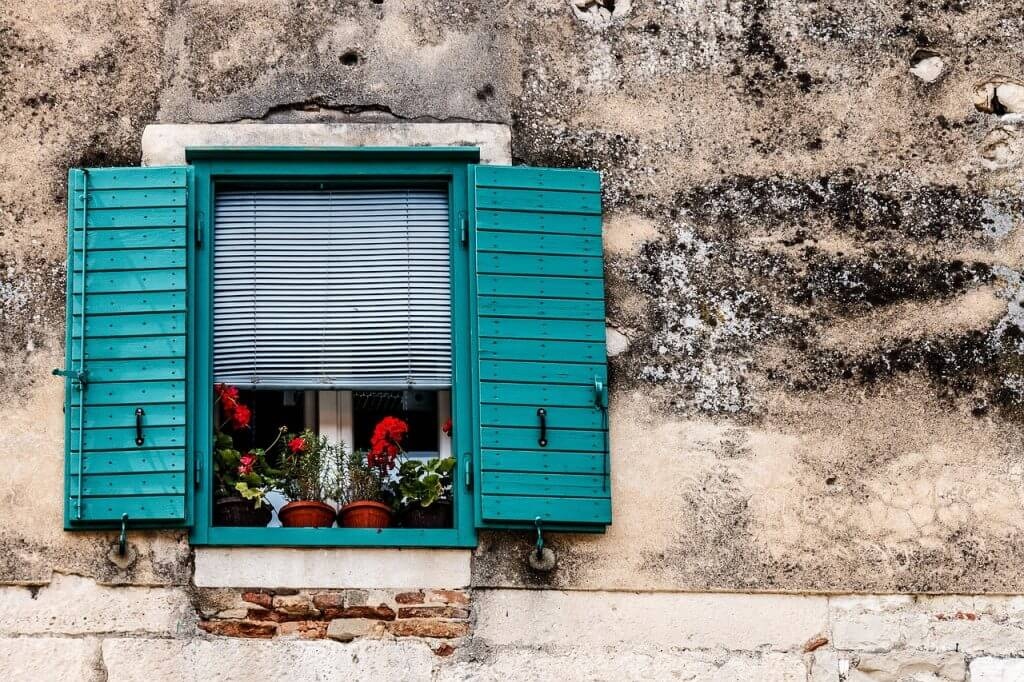 tips to get your home ready and organized before vacation : close and lock windows
