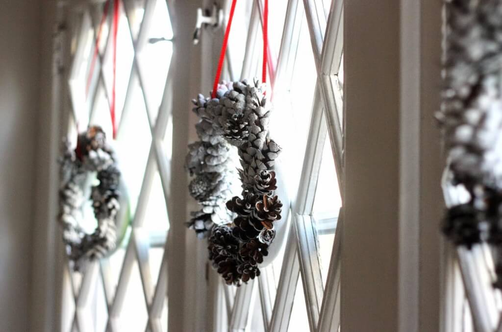 christmas pine cone crafts-chalky pine cone wreaths